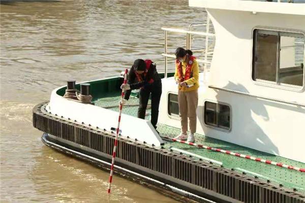 杨学超妻子在测量泄洪流速.jpg